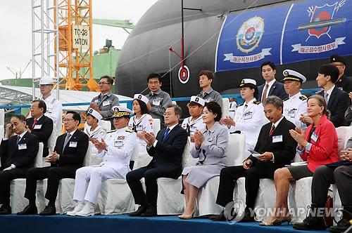 El presidente de Corea del Sur, Moon Jae-in (primera fila, cuarto por la izda.), celebra la botadura del submarino autóctono Dosan Ahn Chang-ho, el 14 de septembre de 2018, en la isla meridional surcoreana de Geoje.