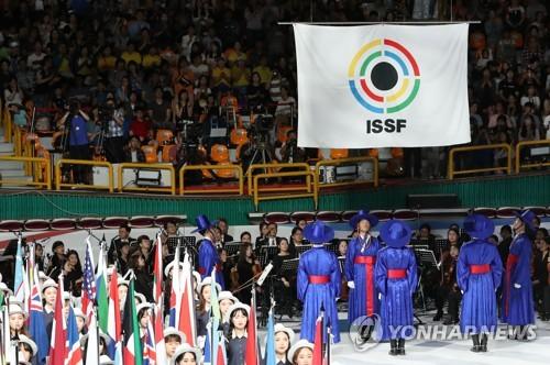 En la imagen, tomada el 1 de septiembre de 2018, se muestra la bandera oficial del Campeonato Mundial de la Federación Internacional de Tiro Deportivo, durante la ceremonia de inauguración en el Gimnasio de Changwon, en la ciudad surcoreana del mismo nombre.