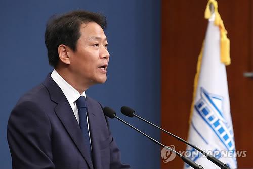 El 16 de septiembre de 2018, en la oficina del presidente surcoreana, Cheong Wa Dae, el jefe del personal presidencial, Im Jong-seok, anuncia el listado de 52 personas que acompañarán al presidente surcoreano, Moon jae-in, a la cumbre intercoreana a celebrarse en Pyongyang.