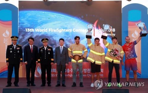 Los ganadores de la 13ª edición de los Juegos Mundiales de Bomberos (WFG, según sus siglas en inglés) posan ante la cámara, el 17 de septiembre de 2018, durante la ceremonia de entrega de premios en Chungju, a unos 147 kilómetros al sur de Seúl. (Foto cortesía del organizador del WFG)