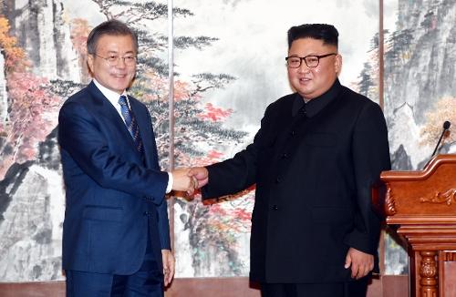 El presidente surcoreano Moon Jae-in (izda.) y el presidente del Comité de Asuntos de Estado norcoreano, Kim Jong-un, se dan la mano después de una conferencia de prensa conjunta en la Casa de Huéspedes del Estado Paekhwawon, en Pyongyang, el 19 de septiembre de 2018, para anunciar el resultado de su cumbre bilateral.