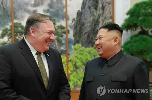 La foto, publicada, el 8 de octubre del 2018, por el principal diario norcoreano, el Rodong Sinmun, muestra al presidente del Comité de Asuntos de Estado norcoreano, Kim Jong-un (dcha.), y el secretario de Estado de Estados Unidos, Mike Pompeo, celebrando una reunión el día previo, en Pyongyang. (Uso exclusivo dentro de Corea del Sur. Prohibida su distribución parcial o total)
