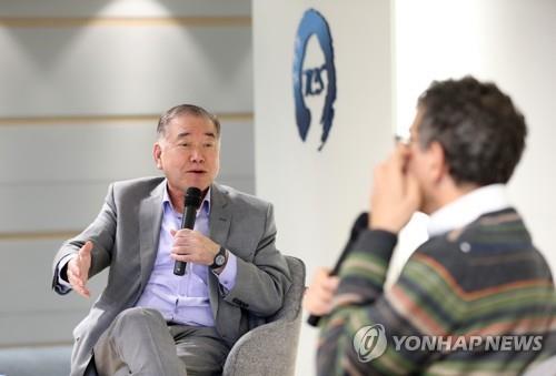 Moon Chung-in, un asesor presidencial especial para asuntos de unificación, diplomacia y seguridad nacional, habla durante un diálogo abierto sobre la paz en la península coreana en Seúl, el 10 de octubre de 2018.