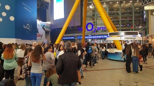 El 10 de octubre de 2018 (hora local), los fans de BTS esperan para entrar en el O2 Arena de Londres para el concierto del grupo de K-pop, en la primera escala europea de la banda.