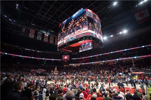 En la foto, proporcionada por Samsung Electronics Co. el 28 de octubre de 2018, se muestra la solución de señalización de la compañía en el estadio State Farm Arena, hogar de Atlanta Hawks, el equipo de la Asociación Nacional de Baloncesto (NBA, según sus siglas en inglés) de Estados Unidos.