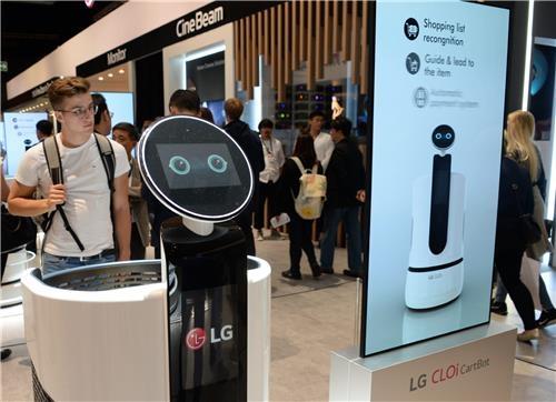 En la imagen, proporcionada por LG Electronics, se muestra el robot CLOi de la firma durante una exposición en Berlín, Alemania. (Foto de archivo)