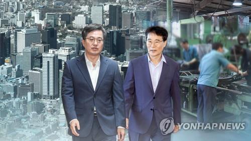 El fotomontaje muestra a Kim Dong-yeon (izda.), ministro saliente de Finanzas y vice primer ministro de asuntos económicos, y Jang Ha-sung, jefe saliente del personal presidencial para políticas.