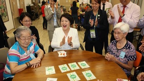 김정숙 여사, 싱가포르 요양병원 방문
