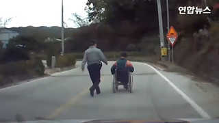 [현장영상] 오르막 도로서 멈춘 장애인 휠체어와 따뜻한 경찰관