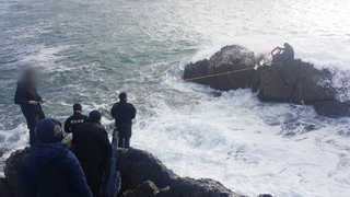 바다낚시 중 2명 고립…해경, 높은 파도 뚫고 구조