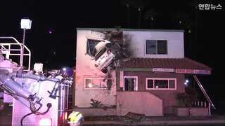 [현장영상] 공중 날아 건물 2층 벽에 박힌 승용차…왜 그랬을까