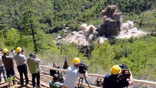 """[풀영상] """"3, 2, 1. 쾅""""…북한 풍계리 핵실험장 폭파 현장"""