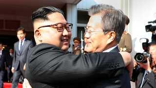 [영상] 남북정상, 판문점서 '깜짝 정상회담'…회담 마치고 포옹