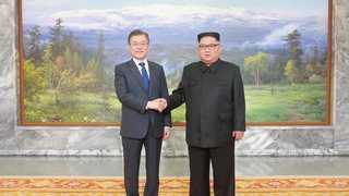 남북정상, 회담 마치고 포옹…백두산 그림 배경으로 기념촬영