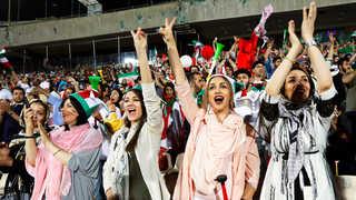 이란 축구경기장에 37년만에 첫 여성 입장