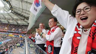 문 대통령, 한국-멕시코전 관전…패배한 선수들 위로