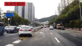 [블랙박스] 중앙선 넘어 역주행에 유턴까지…'마이웨이' 운전자