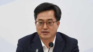 """경제부총리 """"실업급여 1조2,000억 증액 고려"""""""