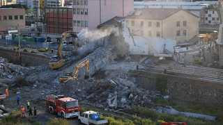 산더미 같은 콘크리트 잔해…伊 교량붕괴 애타는 수색작업