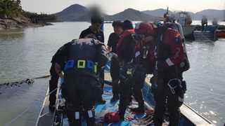 신안서 4명 탄 승합차 바다로 추락…80대 부부 실종