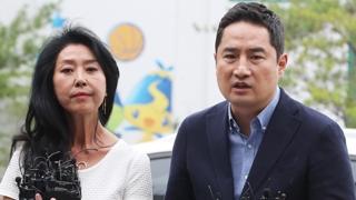 배우 김부선, 경찰 조사받고 귀가…변호인 강용석 동행
