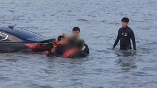 승용차 바다에 추락…만취 운전자 구조