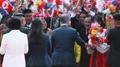 الرئيس مون يصافح سكان بيونغ يانغ