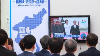 """""""감격적인 순간"""" vs """"비핵화 천명 필요"""""""