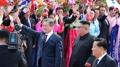 韩朝领导人同乘敞篷车受到平壤市民夹道欢迎