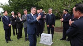 [현장연결] 문 대통령, 백화원 영빈관 정원에 기념식수