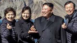 청와대, 김 위원장 '손가락 하트' 사진 공개