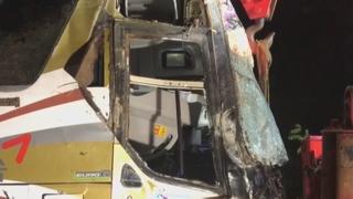 낙하물 피하려던 고속버스 추락…1명 사망