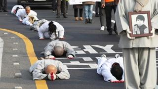 """""""불법체류 노동자 과잉단속 규탄""""…인권단체 오체투지"""
