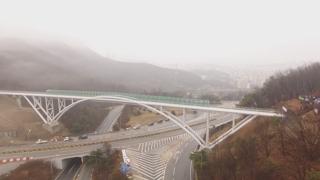 도로로 단절됐던 등산로…전용교량 속속 등장