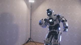 첨단 로봇이라더니…알고보니 로봇옷 입은 사람