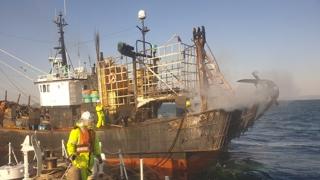 고흥 해상서 12명 탄 어선에 불…2명 실종