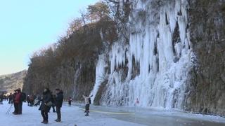 포근한 대한…한탄강 얼음 트레킹 '인기'