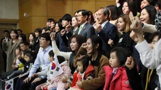 """""""자랑스러운 국민으로서""""…첫 국적수여식 개최"""