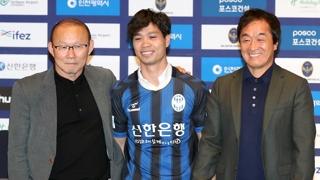 [프로축구] 베트남 골잡이 콩푸엉, 인천 입단…박항서 '아빠미소'