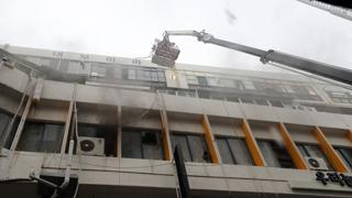 건물 목욕탕서 불…2명 사망, 40여명 부상