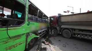 경북 포항서 시내버스 - 트럭 충돌…15명 부상