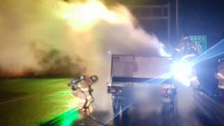 남해고속도로 달리던 활어 운반차량에 불