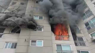 군산서 아파트 5층 화재…12명 병원 이송