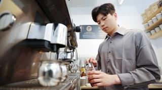 바리스타에 고급 기기까지…편의점 커피의 변신