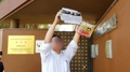 Un grupo de desertores norcoreanos trata de pasar folletos propagandísticos a la..