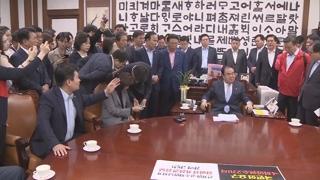 한국당 의장실 점거에 아수라장…문 의장 병원행