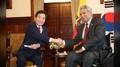 El PM surcoreano se reúne con el presidente ecuatoriano para discutir la ampliac..