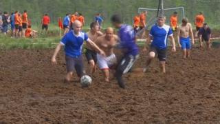 이게 진짜 진흙탕 싸움! 러시아 머드 축구 대회