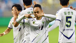 [프로축구] 전북 선두 탈환…문선민 해트트릭