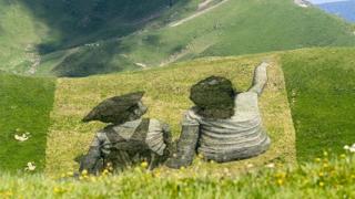 스위스 산에 그려진 거대한 그림 눈길